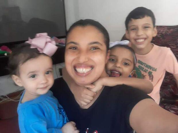 Com duas crianças autistas, família se vira nos 30 para pagar aluguel e exames em Campo Grande