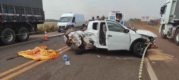 Mulher morre ao bater carro em carreta na BR-163