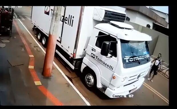 Vídeo: ladrão aproveita enquanto motorista de caminhão arruma carga e invade cabine