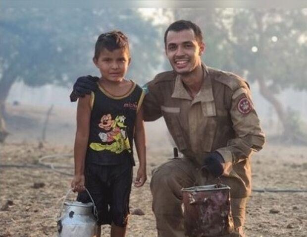 Menino pantaneiro ajuda bombeiros em incêndio com vasilha de leite em MS