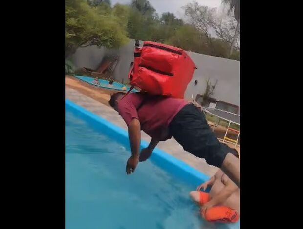 Motoentregador cai na brincadeira e pula na piscina durante churrasco no Tijuca
