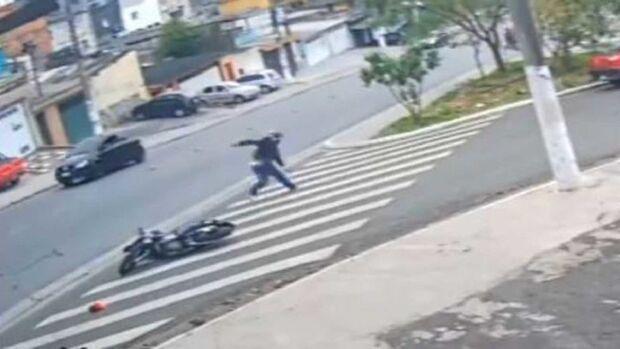 Policial não 'dá mole', reage a assalto e mata bandidos