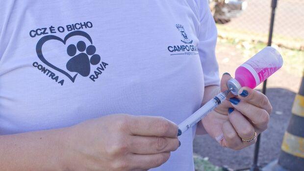 Para prevenir animais contra a raiva, CCZ monta posto de vacinação
