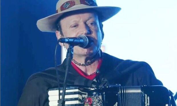 Airton Machado, vocalista da banda Garotos de Ouro, morre em acidente com ônibus