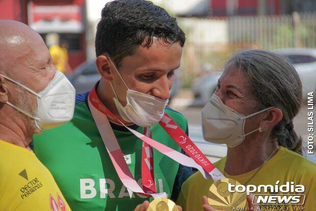 Vídeo: medalhista ouro na Tóquio-2020 é ovacionado ao chegar em Campo Grande