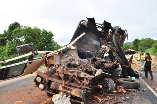 Motorista morre após ter perna e braço arrancados em batida entre carretas em Três Lagoas