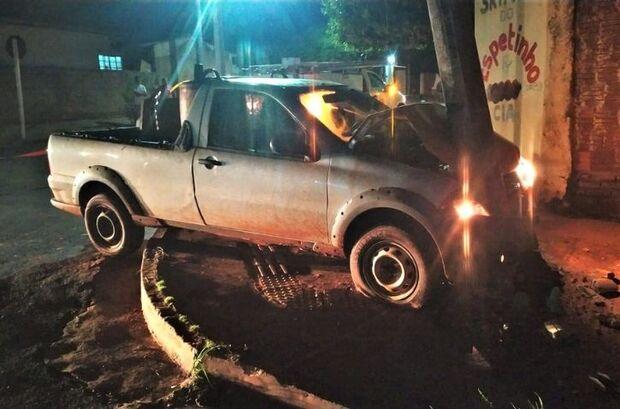 Motorista esquece de puxar freio de mão e carro bate em poste