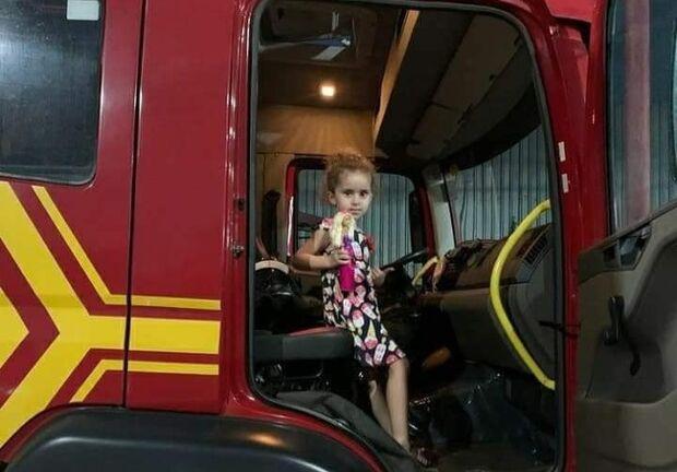 Menina socorrida há quatro anos visita quartel do Corpo de Bombeiros