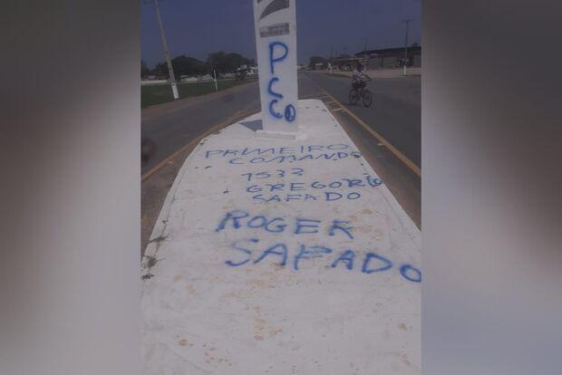 Facção criminosa picha entrada de município de MS com ameaça a policiais