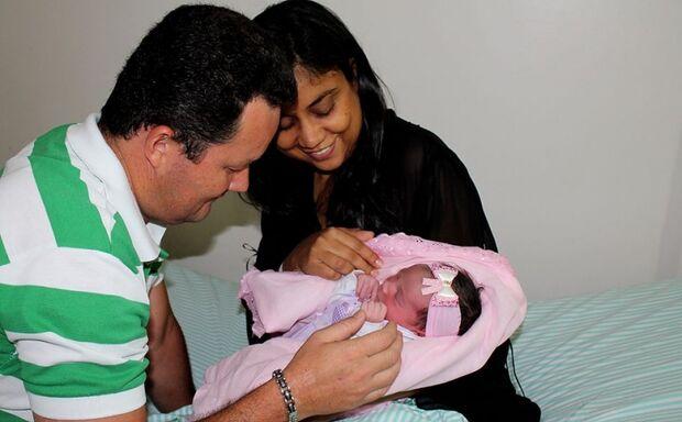 Pais comemoram nascimento da primeira filha que chegou na virada do ano