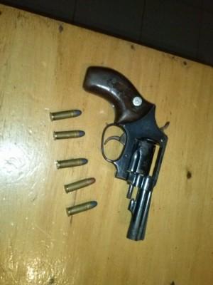Polícia Militar de Batayporã prende dupla com arma de fogo