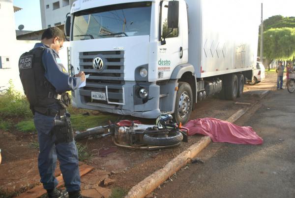 Adolescente morre ao colidir moto em caminhão