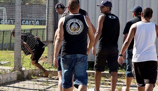 Torcedores invadem CT do Corinthians com cobranças à Pato e Sheik