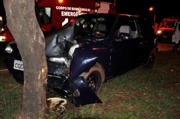 Em Nova Andradina, condutor colide contra árvore e abandona passageiro ferido