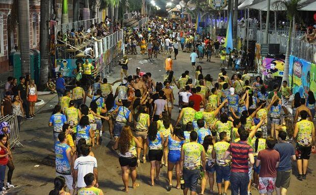 Blocos levam alegria e irreverência na avenida de Corumbá