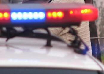 Mulher tem o carro alvejado por bandidos após presenciar assalto