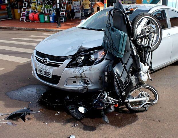 Problema em semáforo provoca acidente na Júlio de Castilho