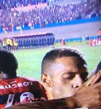 Paulinho dá selinho em André Santos e levanta suspeita sobre namoro