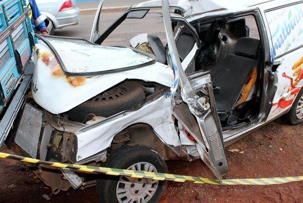 Condutor avança sinalização e se envolve em acidente com mais dois veículos