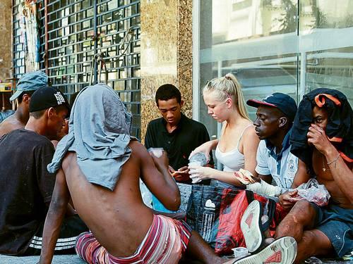 Jovem Canadense dá aulas de inglês a moradores de rua no Rio de Janeiro