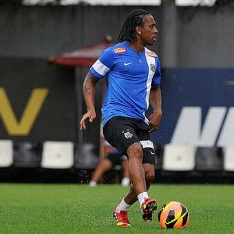 Atrás de volantes, Santos pode negociar Arouca com o Corinthians