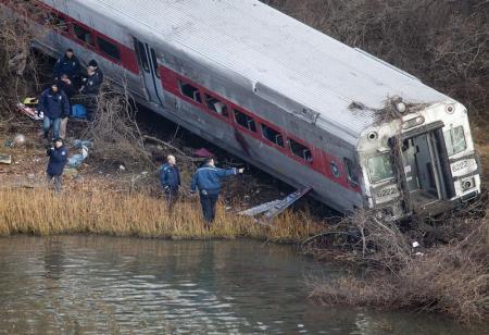 Trem descarrila em NY e deixa 4 mortos e 63 feridos