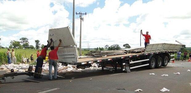 Caminhão de cerveja tomba na BR-267