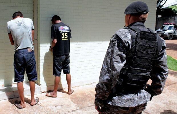 Batalhão de Choque prende dois suspeitos de assaltar escola Juliano Varela