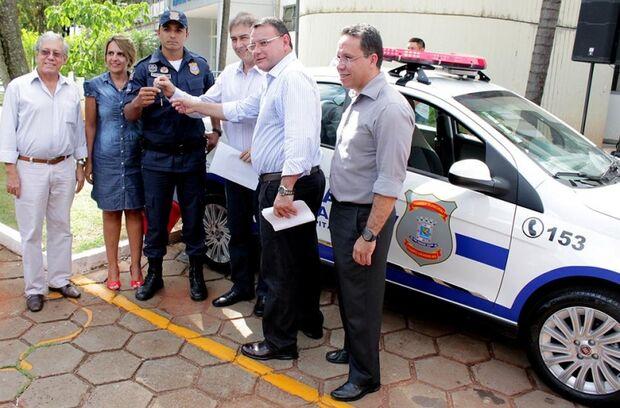 Bernal entrega 14 viaturas para Guarda Municipal, promete motos e ainda alfineta guardas que levaram