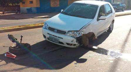 Garoto de 22 anos perde controle do carro e bate em poste no meio da Júlio de Castilho