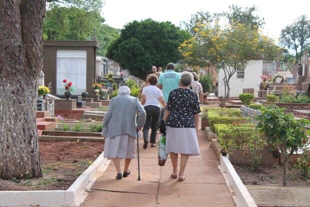 Após horário de almoço, movimento em cemitérios da Capital é tranquilo