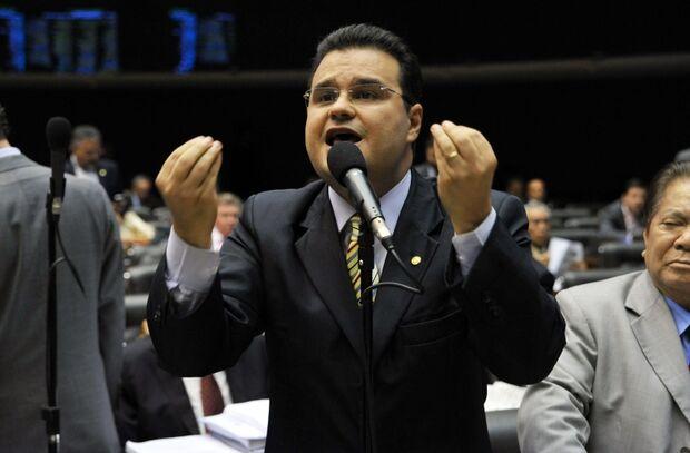 """Deputado promete ir até o fim contra """"adesões costuradas clandestinamente"""""""