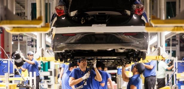 Venda de veículos automotores cai em 2013