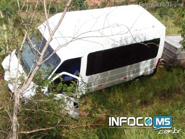 Van despenca 8 metros na BR-060 após motorista sofrer convulsão