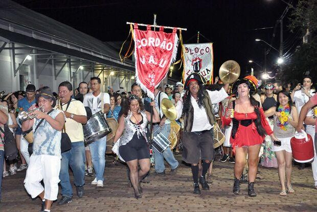 Especial Carnaval: Blocos e cordões desfilam ao som de marchinhas antigas no domingo