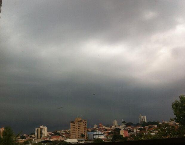 Domingo com chuva durante todo o dia em Campo Grande