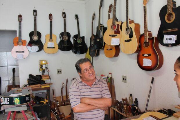 Luthier de MS relembra histórias da música regional através de sua arte