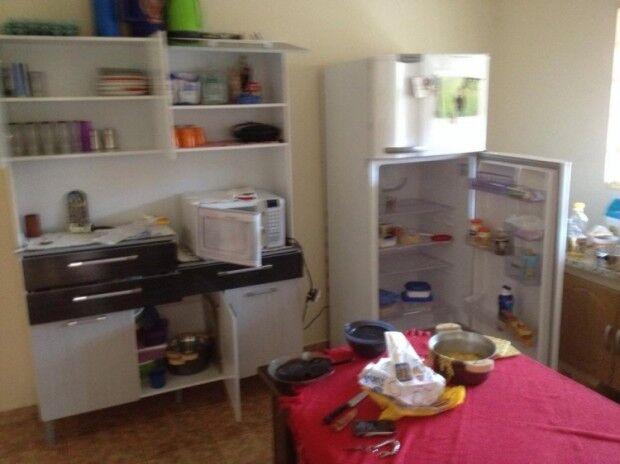 Ladrão entra em residência, faz comida, bebe cachaça e rouba vários produtos
