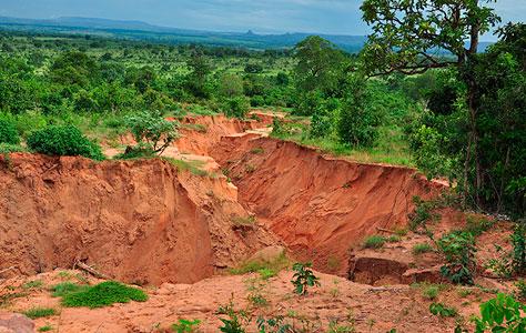 Moradores de Alcinópolis ficam preocupados com cratera próxima a BR-359