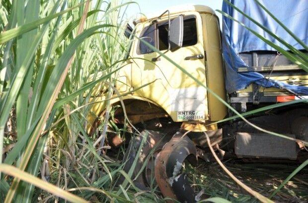 Caminhão perde controle do veículo e invade canavial em Batayporã