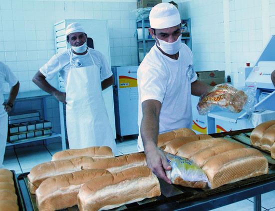 Reeducandos produzem 4 mil pães na penitenciária de Dourados