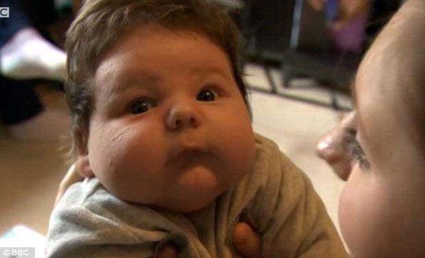 Mãe dá à luz bebê enorme, de quase 5 kg, no chão da cozinha de casa