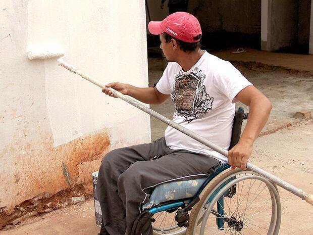 Após ser atingido por bala perdida, pintor vira cadeirante e encontra no trabalho uma segunda chance
