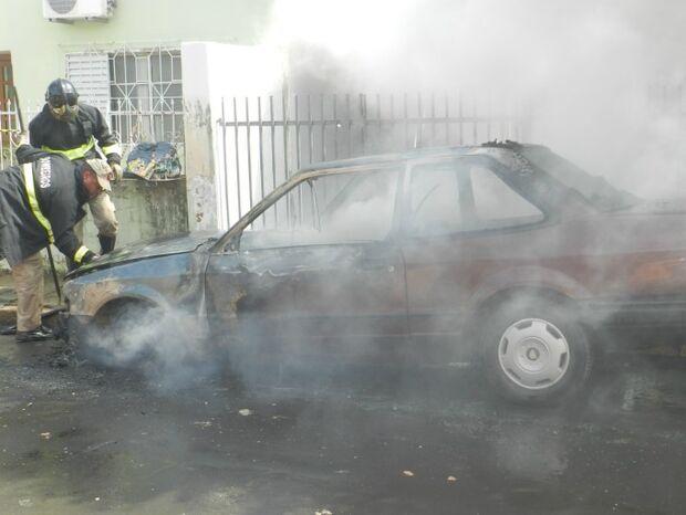 Incêndio sem explicação destrói veículo Ford/Verona
