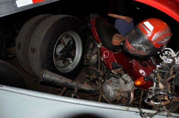 Motociclista em alta velocidade bate de frente com um caminhão