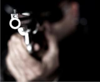 Homem põe arma na cabeça de ex-patrão para cobrar dívida