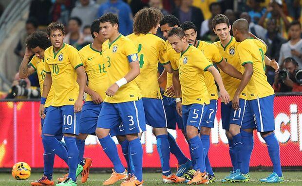 Galvão não narra gol do Brasil, pede desculpa, mas vira piada na web