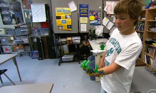 Pai usa impressora 3D para construir prótese de mão para filho