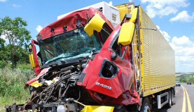 Acidente na BR-267 envolvendo dois caminhões deixa um ferido