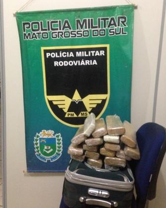 Jovem é presa com 30 tabletes de maconha em ônibus de viagem
